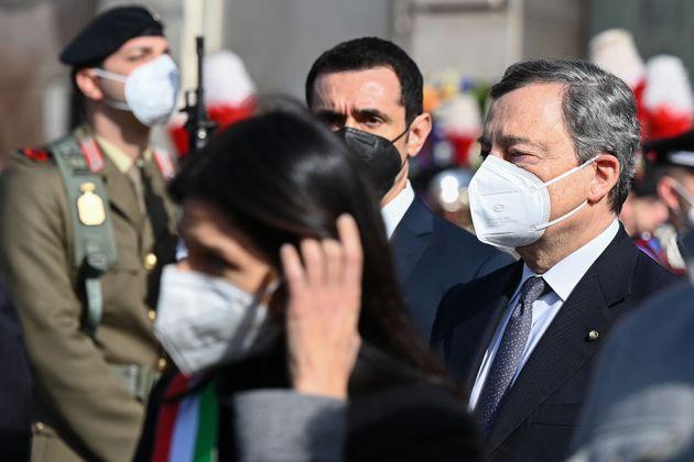 Dieses Foto vom 25. Februar 2021 zeigt Italiens Premierminister Mario Draghi (R) und Roms Bürgermeisterin Virginia...