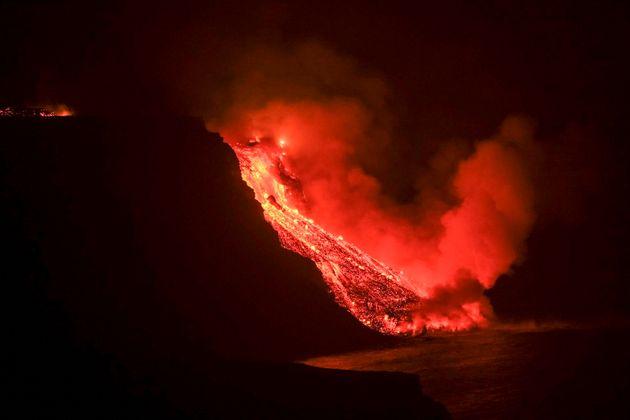 O fluxo de lava chega ao mar esta terça-feira em uma área de falésias, em La