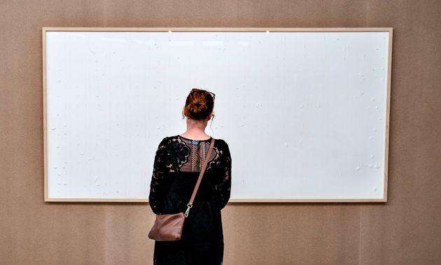 Une femme contemplant l'installatioon artistique