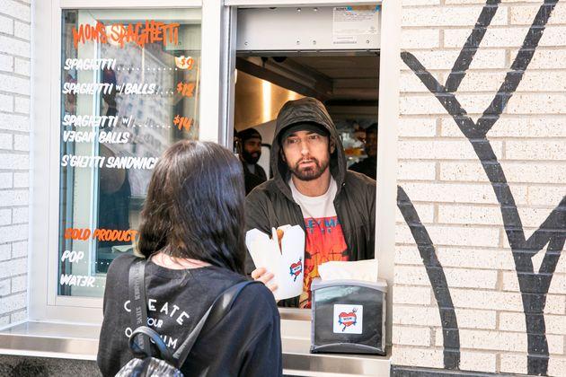 Eminem sert lui-même des clients de son nouveau