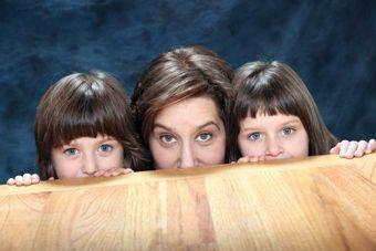 L'autrice et ses deux filles, alors âgées de cinq ans.