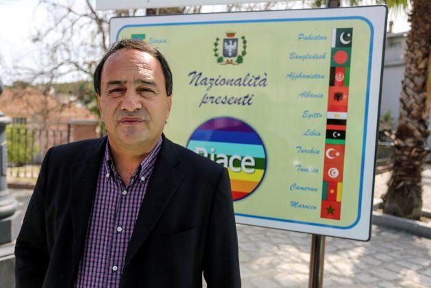Maire de Riace (en Calabre, dans le sud de l'Italie) pendant des années, Domenico Lucano a été condamné par la justice ce 30 septembre pour des mariages de convenance et d'autres irrégularités commises durant son mandat (photo d'archive prise en 2016).