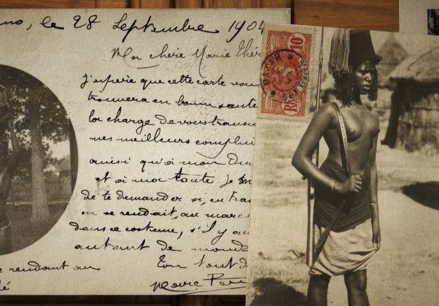 Une carte postale envoyée en 1904 vers la France et sur laquelle figure une femme noire dénudée