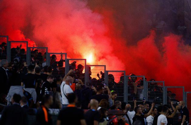 Des fumigènes dans les tribunes lors du match OM-Galatasaray, le 30 septembre 2021.