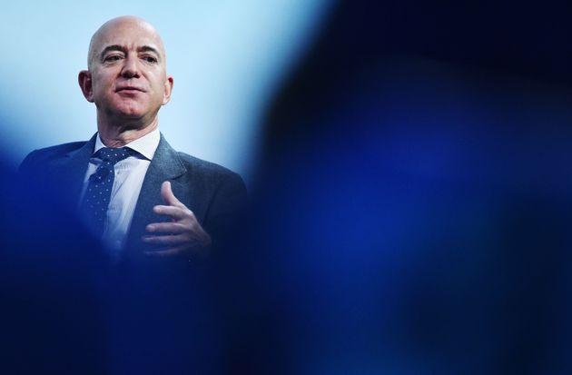 Le fondateur de Blue Origin, Jeff Bezos, prend la parole après avoir reçu le prix d'excellence 2019 de la Fédération internationale d'astronautique (IAF) dans l'industrie lors du 70e Congrès international d'astronautique le 22 octobre 2019.