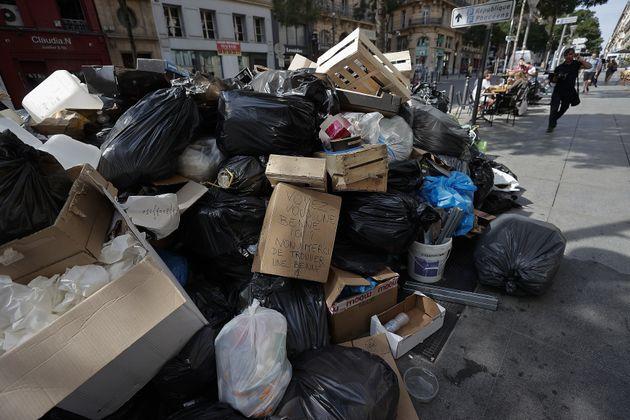 Les poubelles s'accumulent sur le trottoir avec la grève des éboueurs à Marseille, icile 30 septembre 2021.