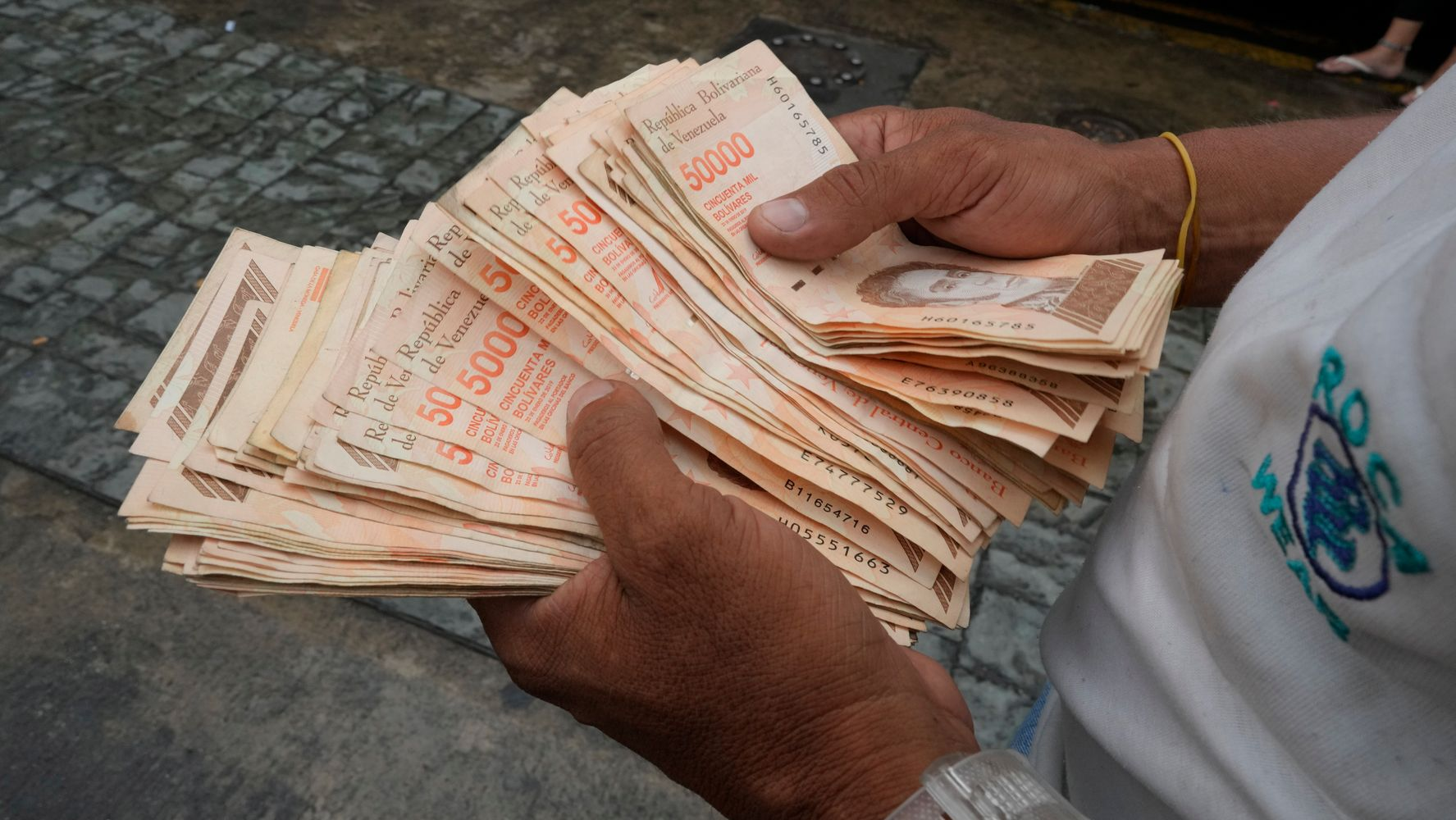 Venezuela Debuts New Currency To Tackle Hyperinflation, With 6 Fewer Zeros thumbnail