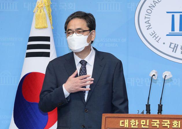 곽상도 무소속 의원이 아들의 '화천대유 퇴직금 50억원' 논란과 관련 2일 오전 서울 여의도 국회 소통관에서 국회의원직 사퇴를 밝히기 전 잠시 숨을 고르고