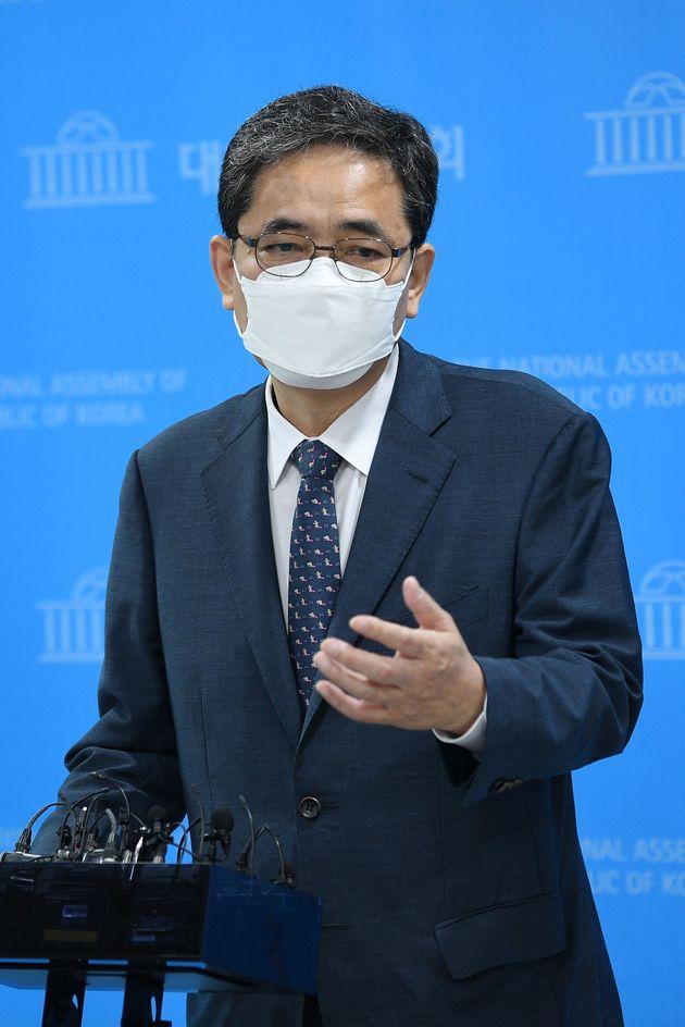 곽상도 무소속 의원이 아들의 '화천대유 퇴직금 50억원' 논란과 관련 2일 오전 서울 여의도 국회 소통관에서 국회의원직 사퇴를 밝힌 뒤 질의에 답하고