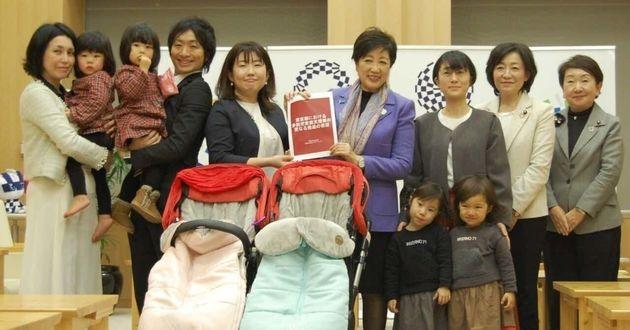 小池百合子都知事に2人乗りベビーカー乗車の陳情をした市倉加寿代さん(左から5人目)たち