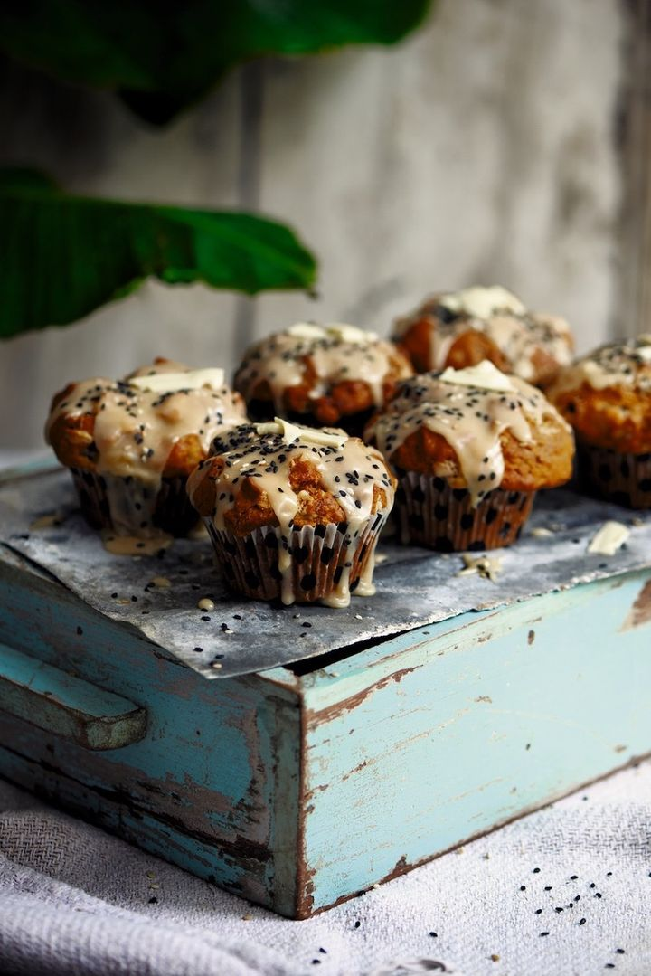 Muffin alla banana, tahina e cioccolato bianco