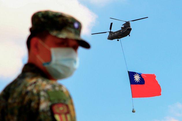 Un garde devant le drapau taiwanais, transporté par hélicoptère lors d'une répétition pourune cérémonie le 28 septembre. (Photo by Ceng Shou Yi/NurPhoto via Getty Images)