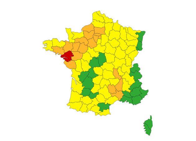 Au total, 22 départements sont en vigilance rouge ou orange face aux pluies, crues, orages ou vents violents attendus ce samedi 2 octobre dans la soirée sur une large partie de la France.