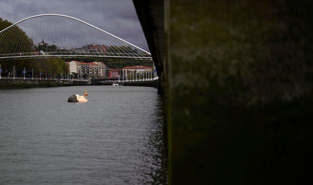 スペイン・ビルバオのネルビオン川に浮かんだ巨大な女性の顔の彫像「ビハール」(9月27日撮影)
