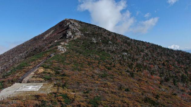 30일 강원도 설악산에 단풍이 서서히 물들어가고 있다.
