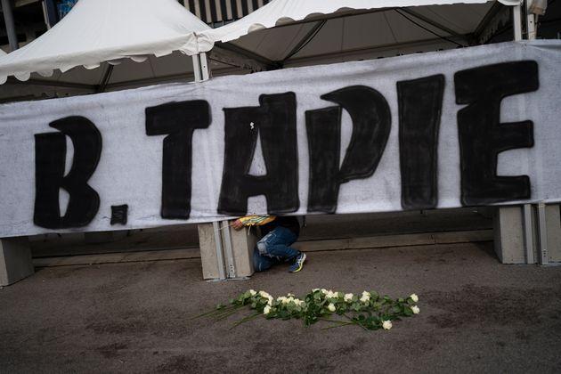 Devant le Vélodrome, les supporters de l'OM ont rendu hommage à Bernard Tapie, ancien président du club. (AP Photo/Daniel Cole)