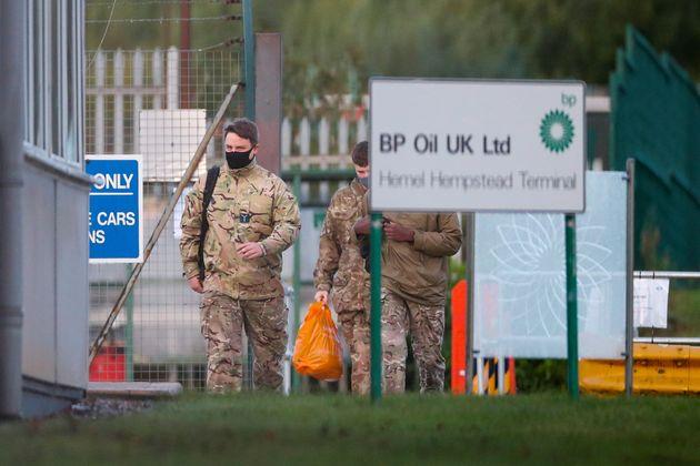 Miembros del Ejército de Reino Unido llegando al depósito de combustible de Buncefield,...