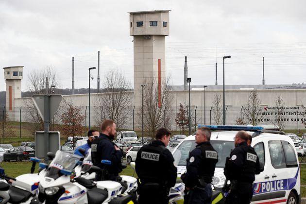 Des policiers devant la prison de Condé-sur-Sarthe après l'agression de deux surveillants le 5 mars 2019 (photo d'illustration).