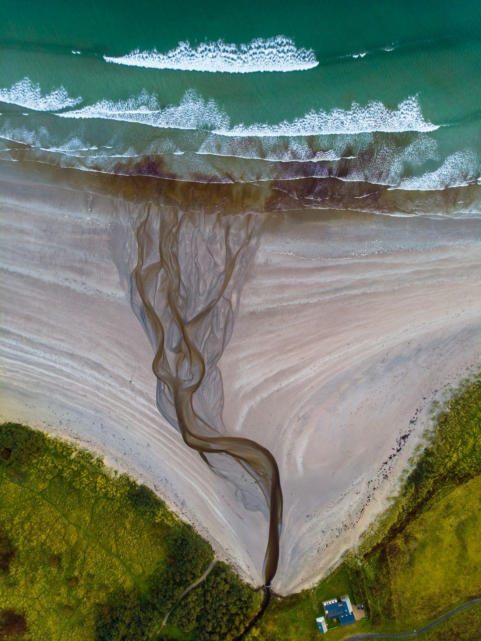 Ποτάμι ενώ εκβάλλει στην...
