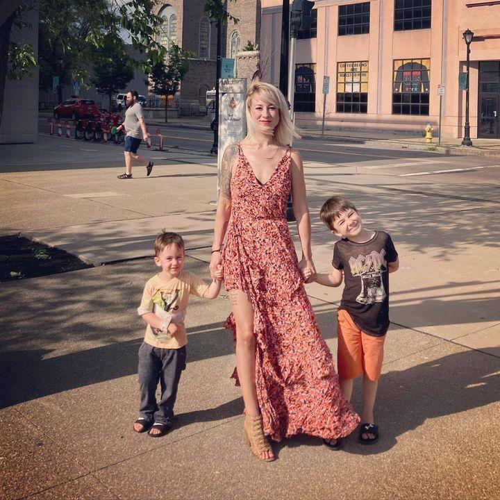 La autora con sus dos hijos.