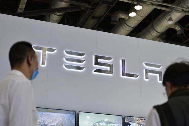 Logo Tesla dans un salon, en Chine, en 2021.