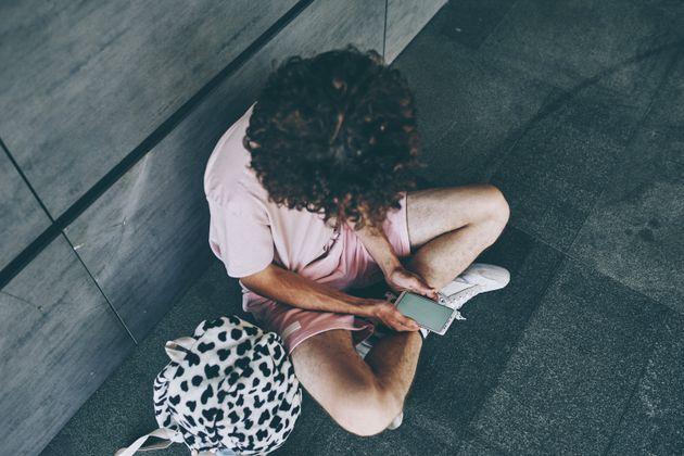 Une adolescente tient un téléphone (illustration).