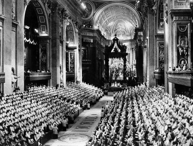 Vue générale des Pères conciliaires dans la Basilique Saint-Pierre le 8décembre 1962 au Vatican, à la fin de la première session du deuxième Concile œcuménique du Vatican, ou Concile Vatican II.
