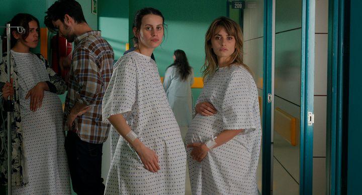 Milena Smit y Penélope Cruz, en el inicio de la película.