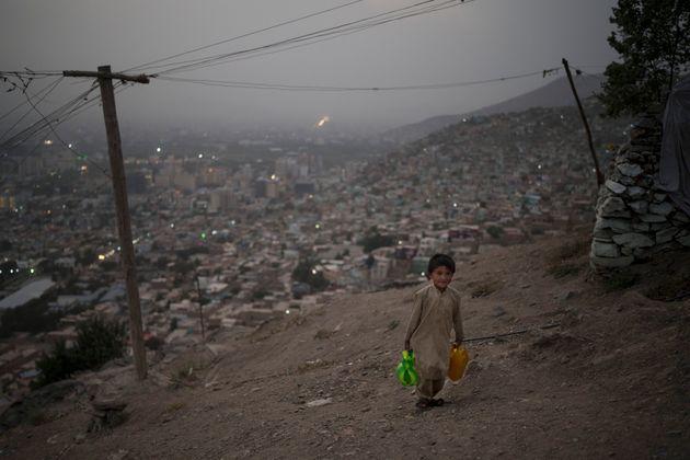 Σεπτέμβριος 2021. Καμπούλ. Ένα αγόρι κουβαλάει νερό στο σπίτι