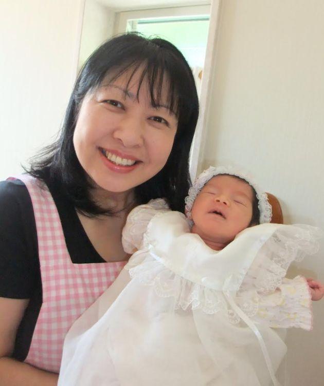 新生児を抱く永原郁子さん
