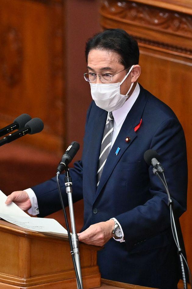 衆院本会議で所信表明演説をする岸田文雄首相=2021年10月8日、国会内