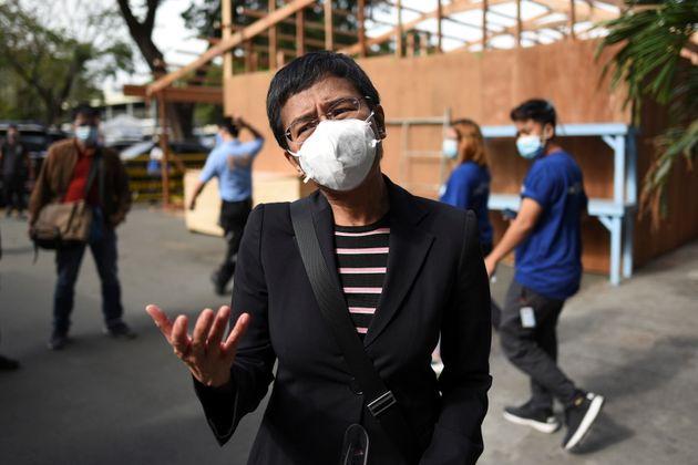 Maria Ressa, ici avant un proces qui lui était intenté à Manille en décembre...