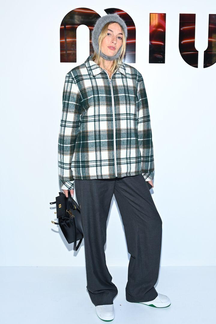 Η Influencer Καμίλ Σαριέρ προσέρχεται στην επίδειξη μόδας του οίκου MiuMiu τον Οκτώβριο του 2021 στην Εβδομάδα Μόδας του Παρισιού.