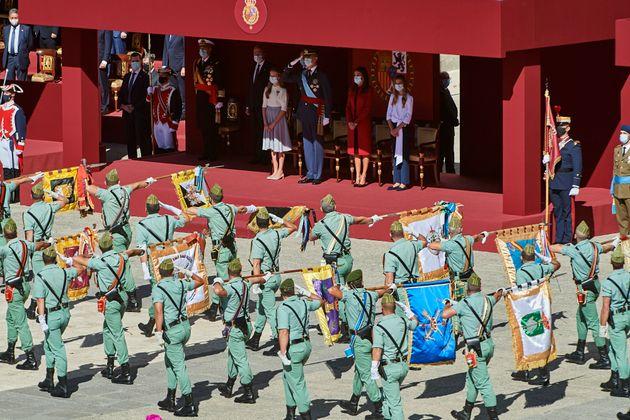El rey Felipe y su familia, presidiendo el desfile reducido del pasado año, en la Plaza de la...