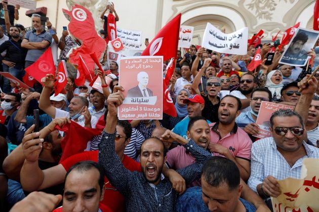 Des supporters du président tunisien Kais Saied manifestent à Tunis le 3 octobre 2021. Parallèlement, des manifestations dénonçant ses mesures récentes ont eu lieu dans tout le pays. REUTERS/Zoubeir Souissi