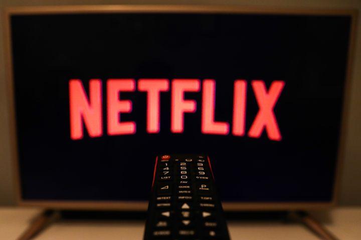 El logo de Netflix en una televisión.