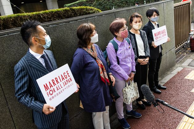 開廷前、取材に応じる「結婚の自由をすべての人に」訴訟の原告ら