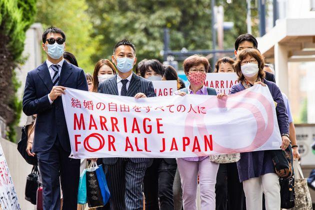 「結婚の自由をすべての人に」訴訟の原告ら=2021年10月11日撮影