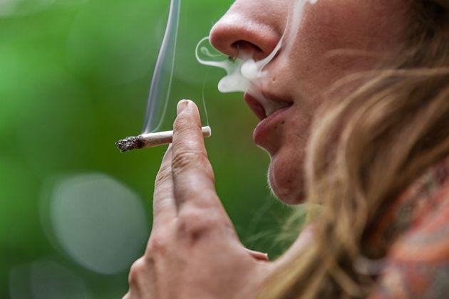 Les hommes fumaient et mâchaient du tabac 9000 ans plus tôt que les archéologues ne le pensaient.