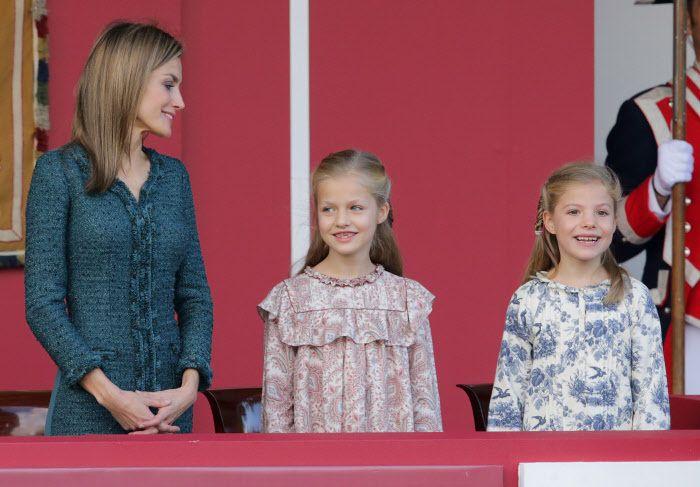 La reina Letizia y sus hijas, la princesa Leonor y la infanta Sofía, en el desfile militar de 2014.