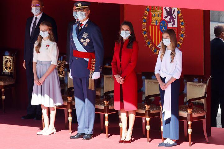 Los reyes y sus hijas presidieron el desfile militar del pasado año con la mascarilla puesta.