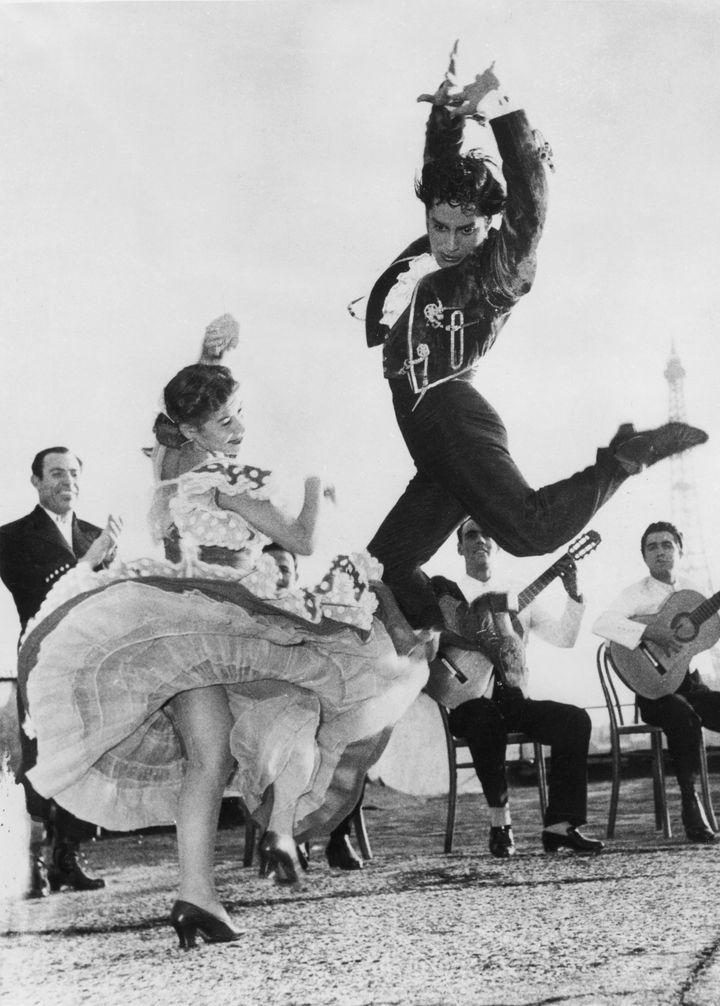 Rosario y Antonio ensayando en el Teatro Champs Elysees de Paris en 1951.