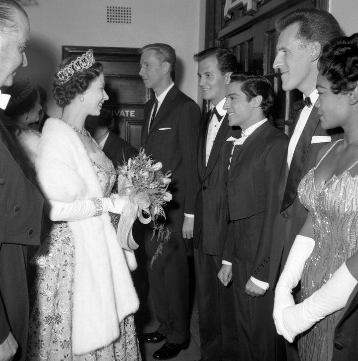 Queen Elizabeth II saluda a Antonio Ruiz tras actuar en el London Coliseum en los 50