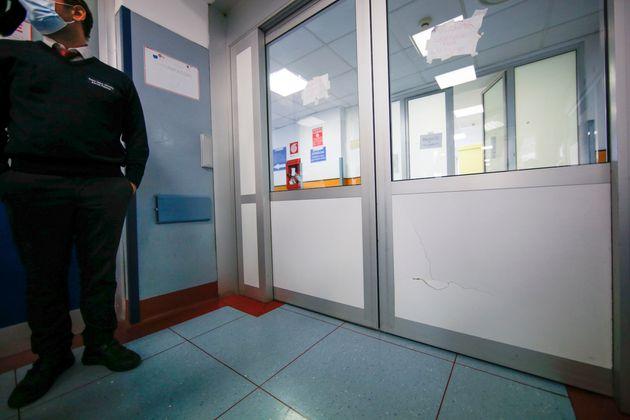 Una delle porte del pronto soccorso del policlinico Umberto I dove la notte scorsa alcuni manifestanti...