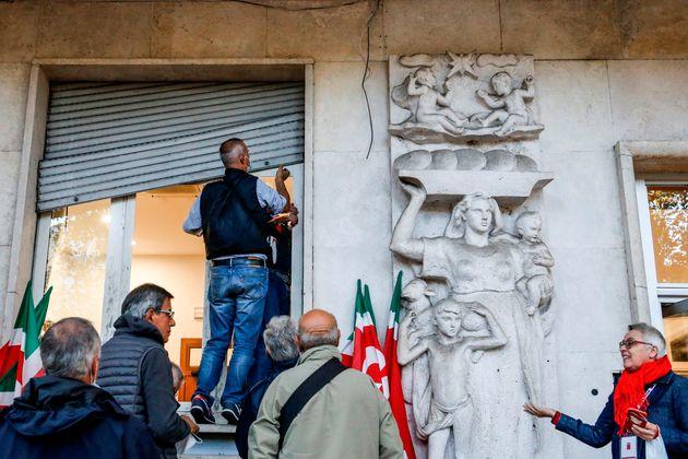 Un grupo de personas trata de arreglar los daños en la sede de un