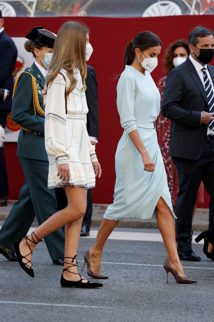 La reina Letizia y la infanta Sofía en el desfile del 12 de octubre.