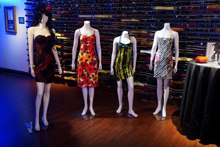 Ρούχα της ΄Εϊμι Γουάινχάουν που θα δημοπρατηθούν. Φέτος είναι η δέκατη επέτειος από τον θάνατό της στις 23 Ιουλίου 2011.