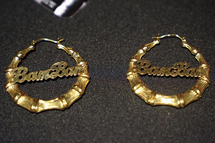 Ενα ζευγάρι σκουλαρίκια της Εϊμι Γουάιχάουζ που θα δημοπρατηθεί. Φέτος είναι η δέκατη επέτειος από τον θάνατό της στις 23 Ιουλίου 2011.