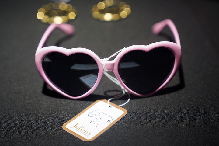Ενα ζευγάρι γυαλιά της Είμι Γουάινχάουζ που θα δημοπρατηθεί. Φέτος είναι η δέκατη επέτειος από τον θάνατό της στις 23 Ιουλίου 2011.