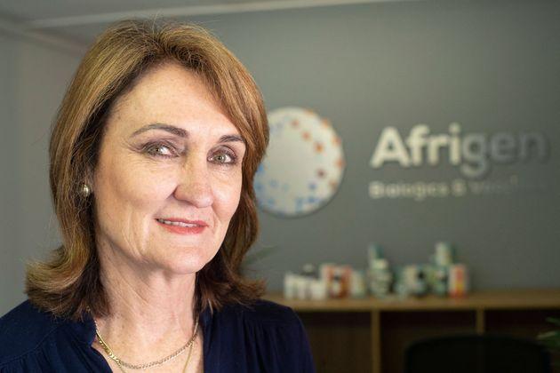 Le professeur Petro Terreblanche, directeur général de la société de biotechnologie Afrigen et de l'installation Vaccine Hub au Cap, pose pour une photo à l'extérieur de leur bâtiment, le 5 octobre 2021.